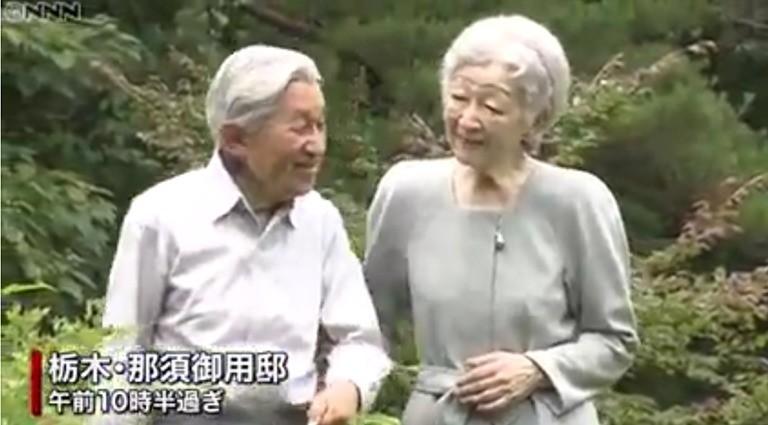那須御用邸敷地内の森を散策される上皇さまと美智子さま(NNNより)