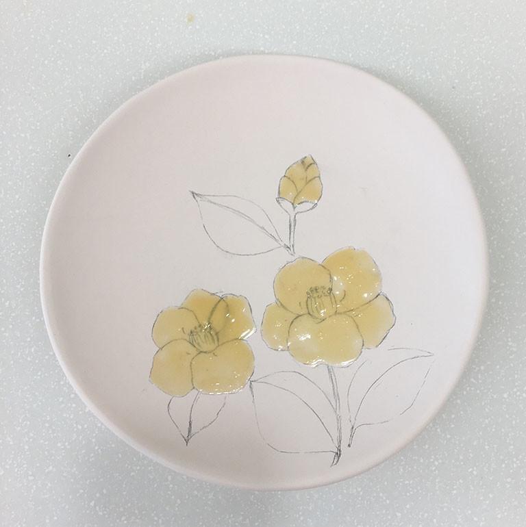 下書きの上にラテックスを塗った素焼きの皿
