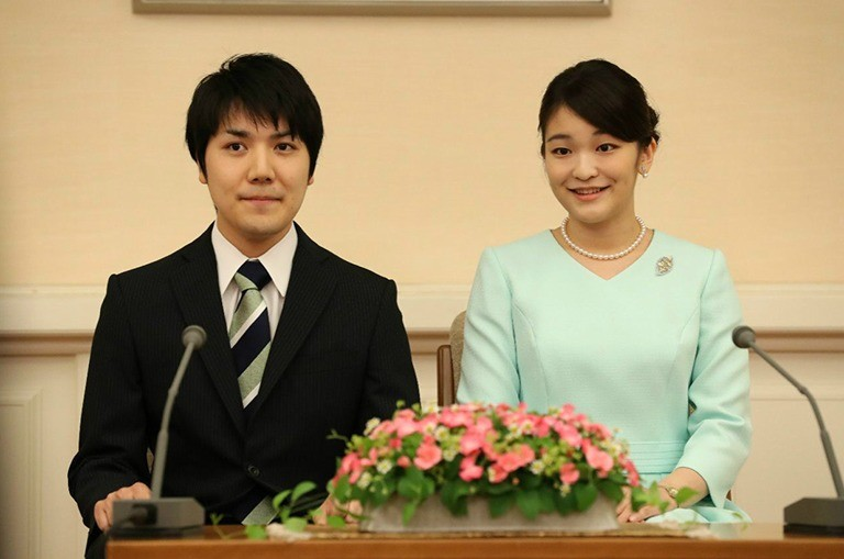 婚約内定会見を行う眞子さまと小室圭さん